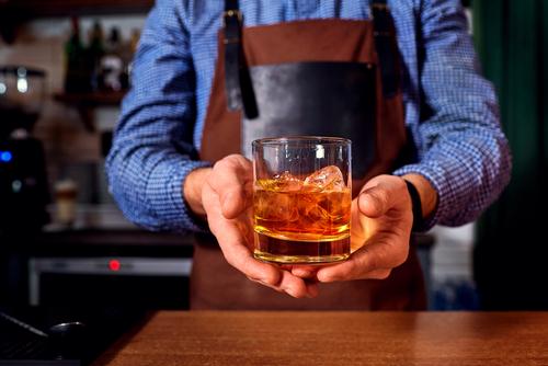 Употребление алкоголя может привести к отечности рук