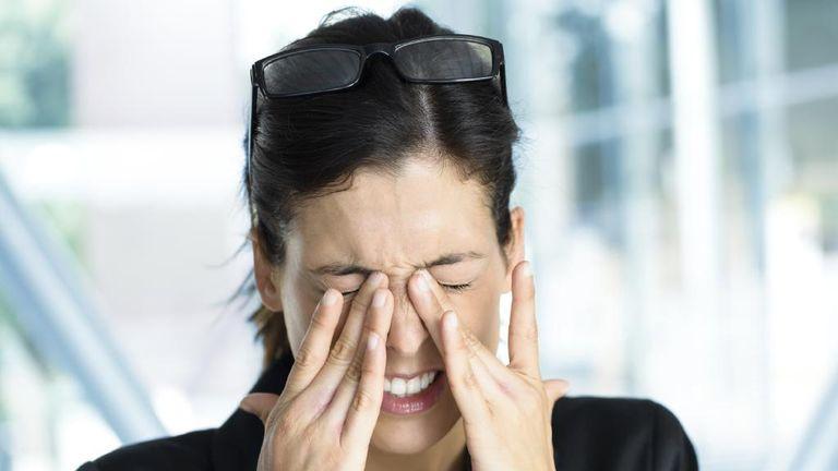 Месячные могут провоцировать головную боль